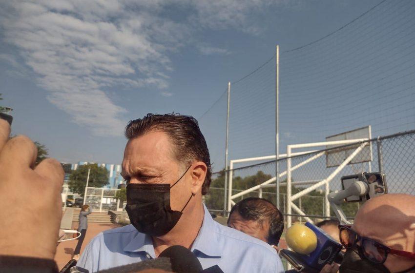 """Si no salimos a votar, la democracia """"sale cara"""", dice Kuri al emitir su voto en Unidad Deportiva del ITQ"""