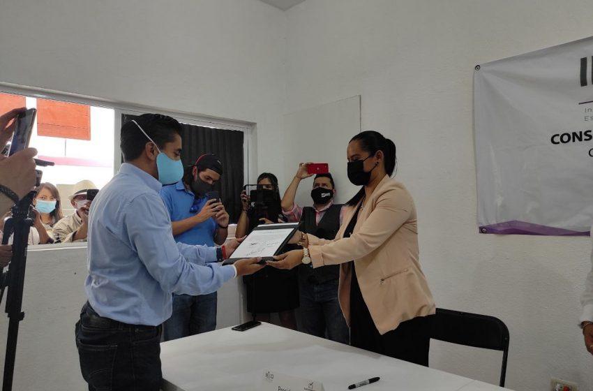 Recibe Roberto Sosa constancia como ganador de elecciones en Corregidora