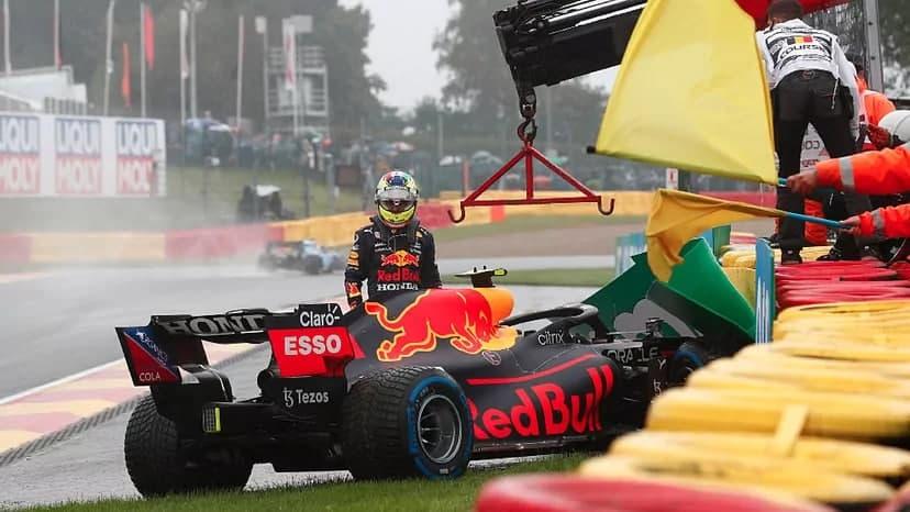 La suerte le da la espalda a Checo Pérez y suma tres carreras para el olvido