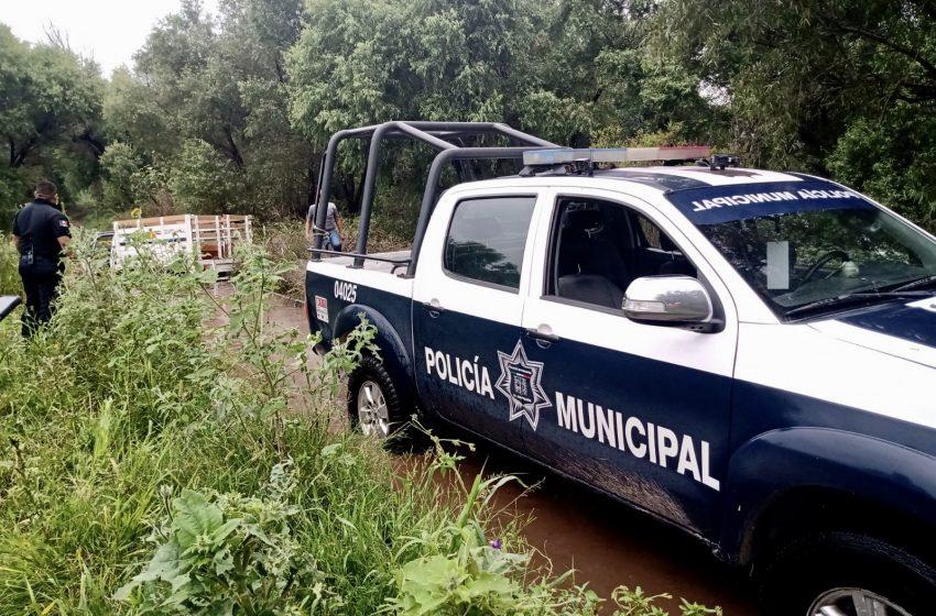 Policías de El Marqués ayudan a ciudadanos varados en el río Amazcala